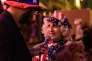 «Aux Etats-Unis, la confiance dans les médias est d'à peine 20 % ; il n'y a que le Congrès dont les citoyens doutent davantage» (Photo: une femme habillée aux couleurs du drapeau américain est interrogée par un journaliste à la sortie du Harry's Bar à Paris, le 8 novembre).
