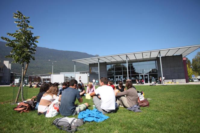 Des étudiants de l'université Savoie Mont Blanc sur le campus du Bourget-du-Lac.