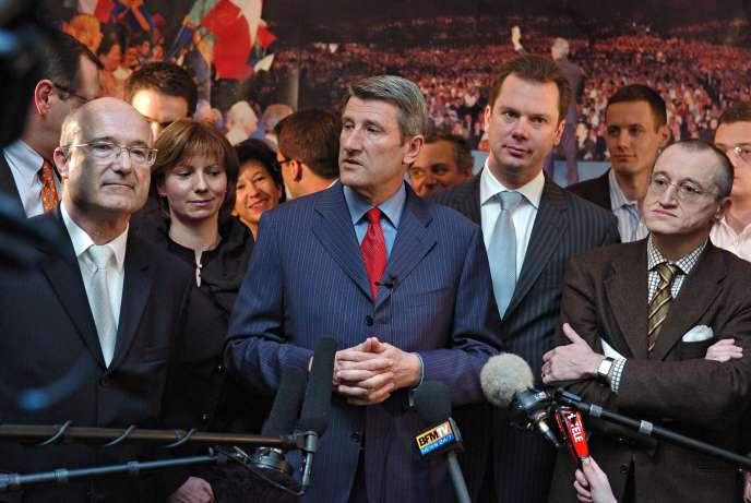 Jérôme Rivière (en retrait à la gauche de Philippe de Villiers), à Paris, en 2007.