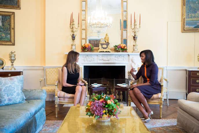 Image, diffusée par la Maison Blanche, de la rencontre entre Melania Trump et Michelle Obama le 10novembre.