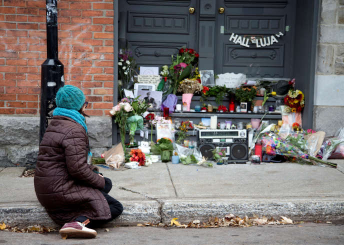 Devant la maison de Leonard Cohen à Montréal en novembre 2016.