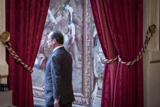 La proposition de destitution de François Hollande, signée par soixante-dix-neuf députés Les Républicains, pour divulgation d'informations secrètes, a été rejetée, mercredi, dès son examen par le bureau de l'Assemblée nationale.