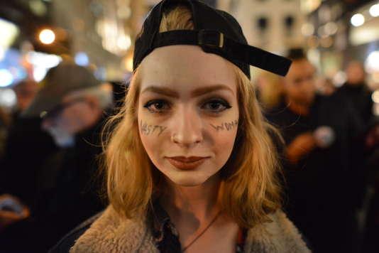 Ce qui frappe dans la foule réunie devant la tour Trump, c'est la jeunesse des manifestants, dont certains ne sont pas en âge de voter.