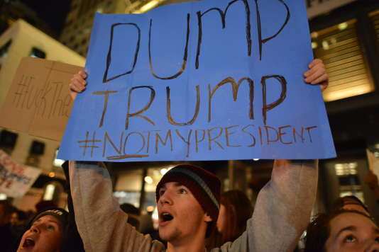 Les manifestants reprennent les slogans comme « pay your taxes » («paie tes impôts»), «my body my choice» («mon corps, mon choix») et brandissent des pancartes.