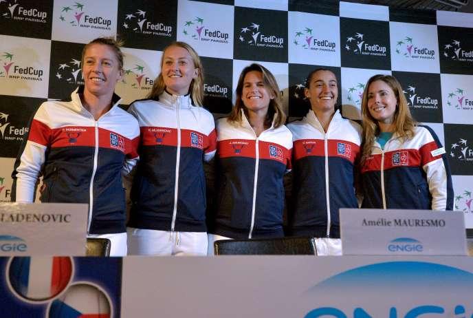 La capitaine de l équipe de Frane de Fed Cup Amélie Mauresmo, entourée de  Pauline Parmentier, Kristina Mladenovic, Caroline Garcia et Alizé Cornet  (de ... 0845c064a94