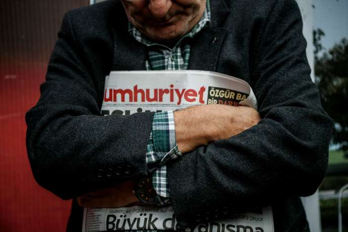 Le patron du quotidien d'opposition turc Cumhuriyet a été placé en détention préventive par un tribunal d'Istanbul samedi 12 novembre