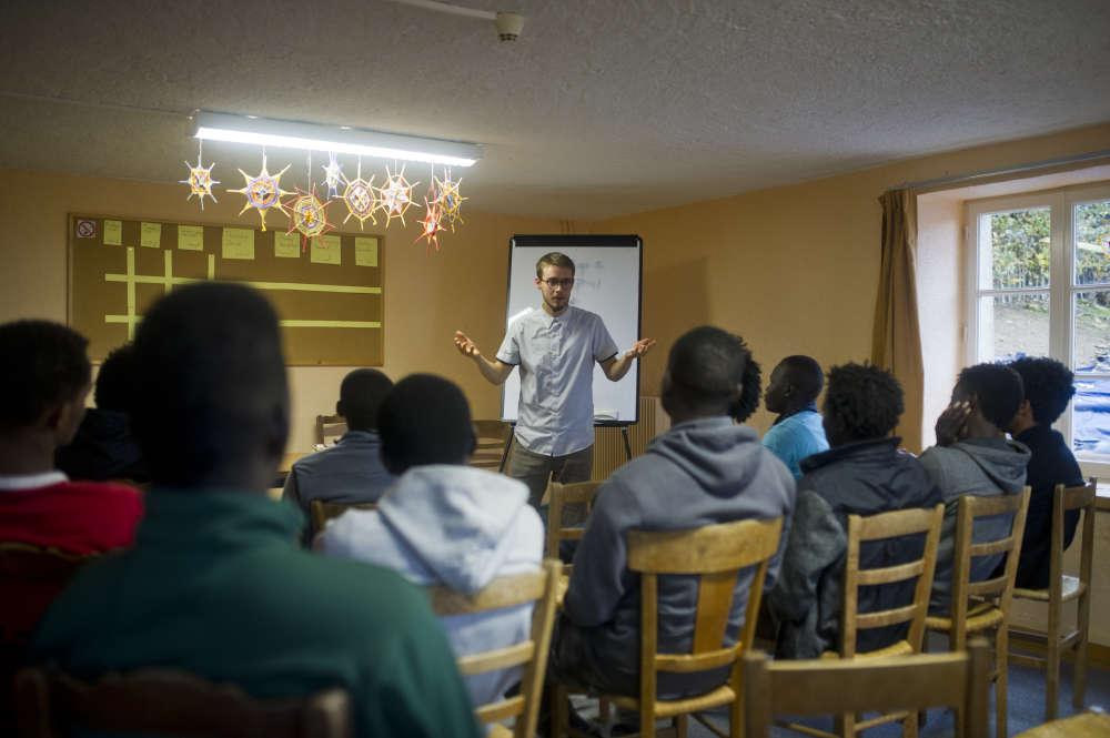 Daniel est suédois. En tant que bénévole de la communauté, il donne le premier cours d'anglais au groupe de mineurs.