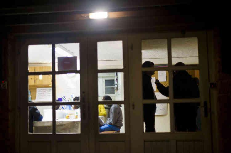 Frère Benoît (à droite) et frère Marek discutent au sujet de deux migrants qui ne sont pas rentrés au centre depuis plus de quarante-huit heures.