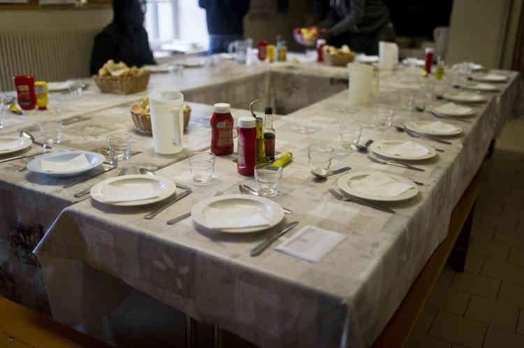 La table du repas partagé entre les bénévoles et les mineurs accueillis.