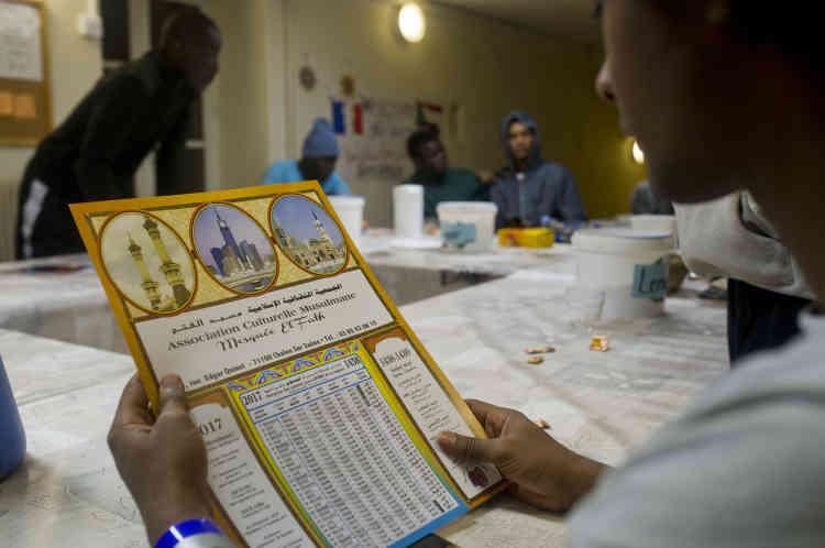 L'imam Ahmed Belgazi de Chalon-sur-Saône est venu rendre visite aux jeunes accueillis dans la communauté. À l'issue de la rencontre, il proposera un livre du Coran, un calendrier et un tapis de prière pour ceux qui le souhaitent.