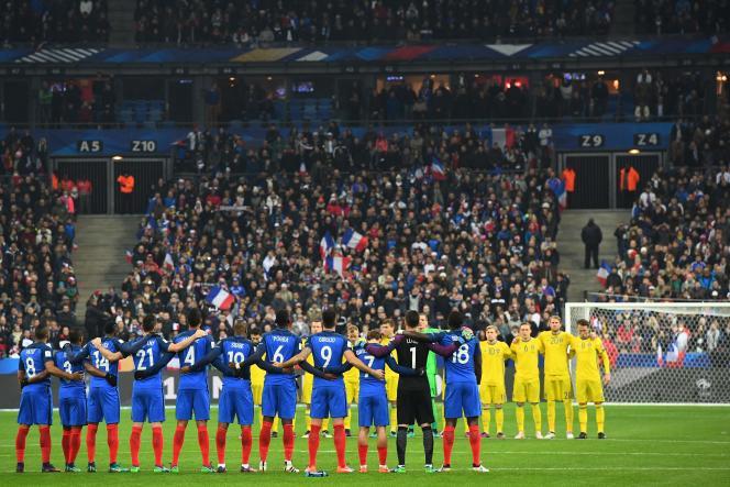 Lors de la minute de silence au Stade de France, le 11 novembre, avant le match France-Suède qualificatif pour le Mondial 2018.