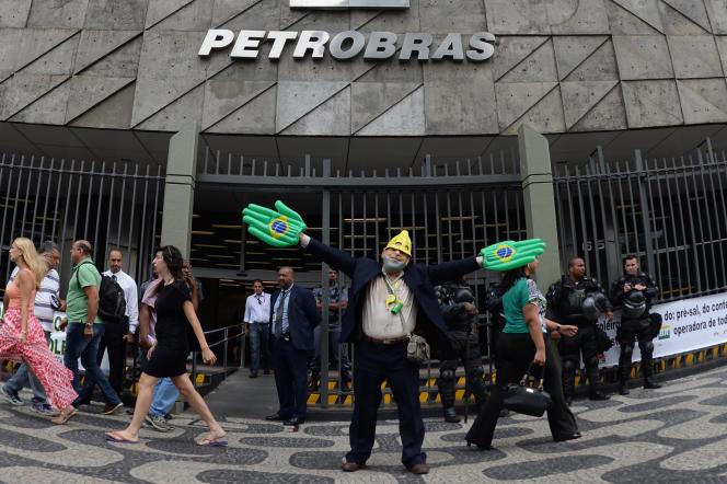 Un manifestant déguisé en Lula devant le siège de Petrobras à Rio, en août 2015.