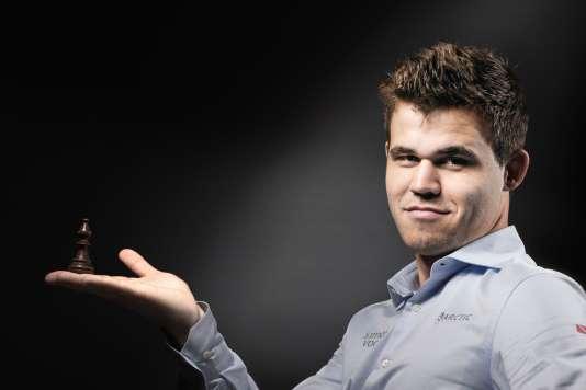 Magnus Carlsen, tenant dans sa main un fou, sa pièce favorite, à Paris le 8 juin.