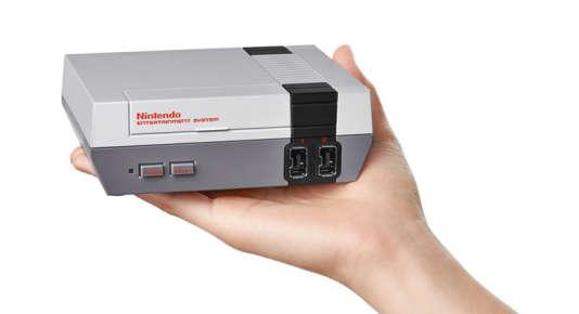 La NES Mini Classic est ultralégère et tient dans la main (ce qui ne sert à rien).