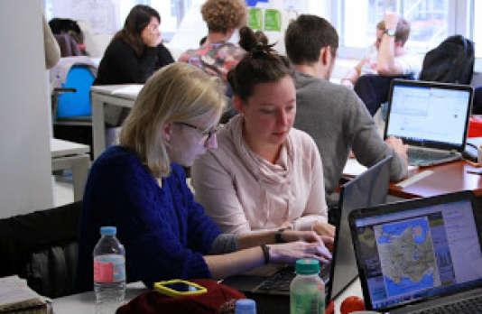Des étudiants de l'Essec travaillent sur des projets dans le cadre du programme CPI (conception d'un produit innovant).