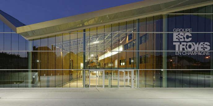 Le campus Brossolette du Groupe ESC Troyes vu de nuit.