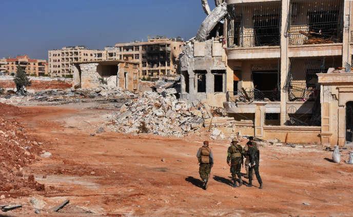 Des membres des forces gouvernementales syriennes déambulent dans Minyane, un village situé à la périphérie ouest d'Alep, le 10 novembre.