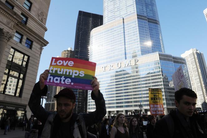 Devant la Trump Tower de Chicago, le 12 novembre.