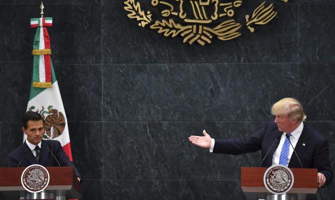 Donald Trump (à droite), alors candidat à la présidentielle américaine, lors d'une conférence de presse conjointe avec le président mexicain,Enrique Peña Nieto, le 31 août 2016 à Mexico.
