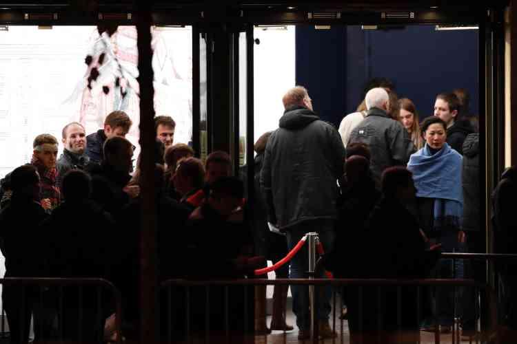 Deux heures avant le concert de l'artiste britannique Sting, les fans commençaient à affluer vers la salle, dont l'accès était sécurisé par de nombreuses barrières et présence importante de policiers.