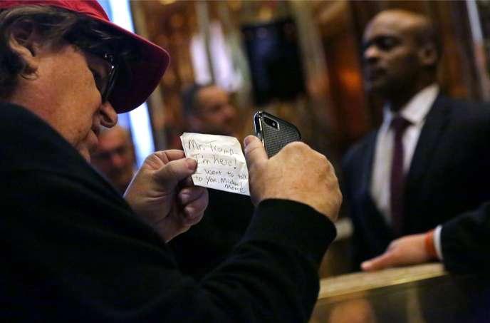 Le réalisateur Michael Moore laisse un mot à l'attention de Donald Trump, dans le hall de la tour Trump, à New York, le 12novembre.
