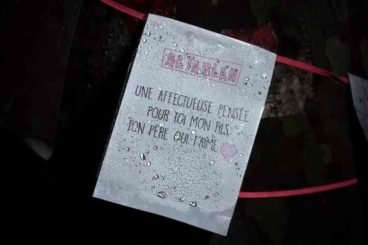 Une pancarte affichée près de la sortie du Bataclan, samedi soir.