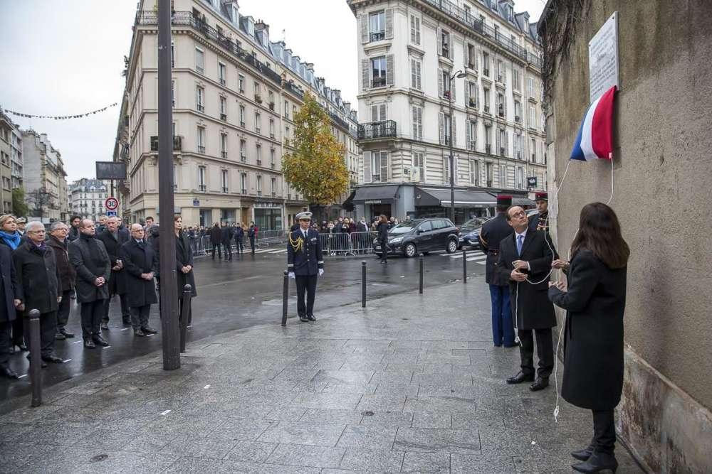 Le président François Hollande et la maire de Paris Anne Hidalgo participent à la commémoration des attentats du 13 novembre 2015, devant le bar Le Carillon et le restaurant Le Petit Cambodge, à Paris.