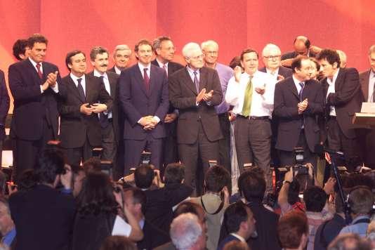 «Il ne reste plus à ceux qui votaient traditionnellement pour [la gauche] qu'à se tourner vers ceux qui s'intéressent (ou font semblant de s'intéresser) à eux et à leurs problèmes» (Photo: les leaders et chefs de gouvernement socialistes européens réunis à Paris en 1999).
