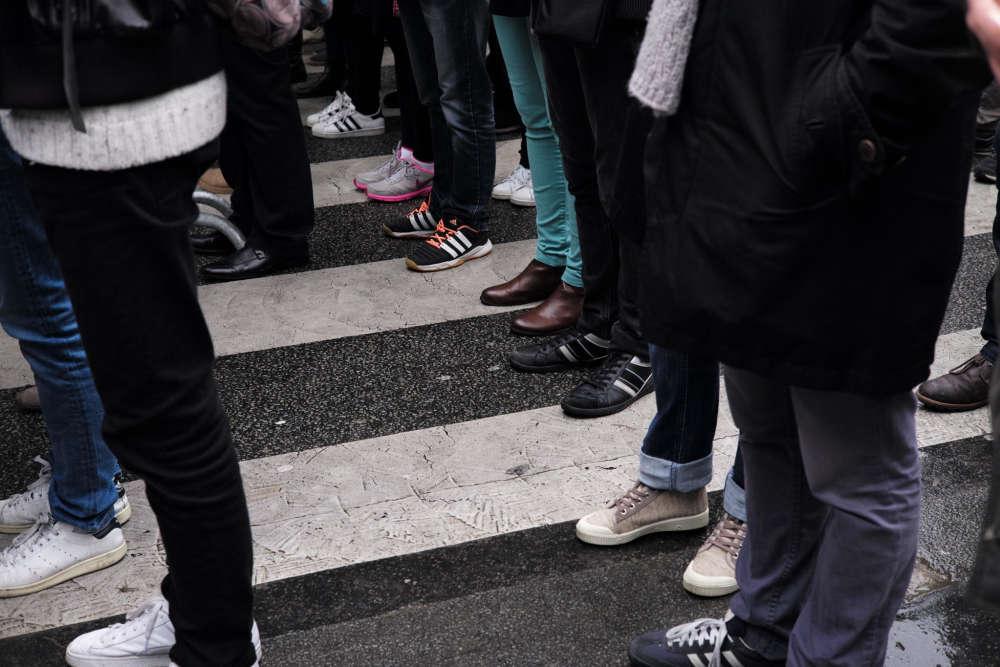 La foule se presse derrière les barrières de sécurité qui empêchent l'accès au Bataclan pendant la minute de silence.