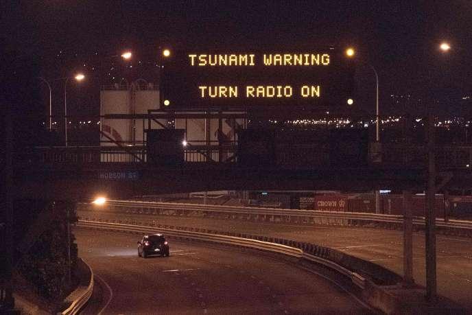 Un panneau signalant une alerte au tsunami sur une route à Wellington, la capitale de la Nouvelle-Zélande.