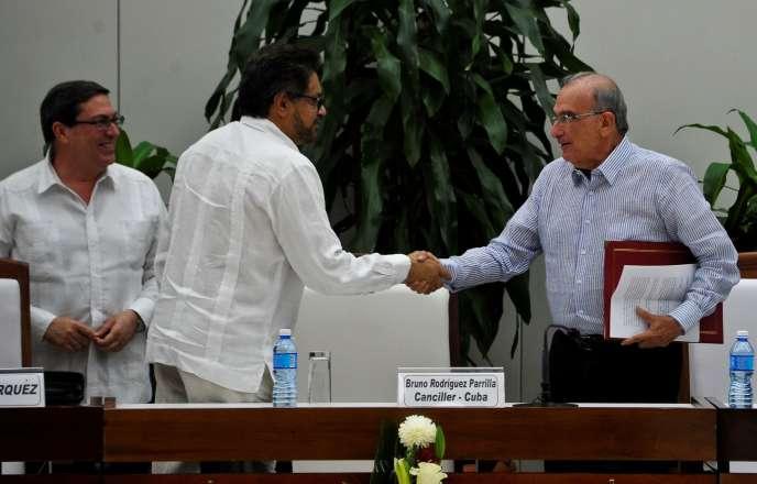 Poignée de main après le nouvel accord entre le commandant des FARC-EP Ivan Marquez (à G) et le chef de la délégation colombienne Humberto de la Calle à la Havane le 12 novembre.