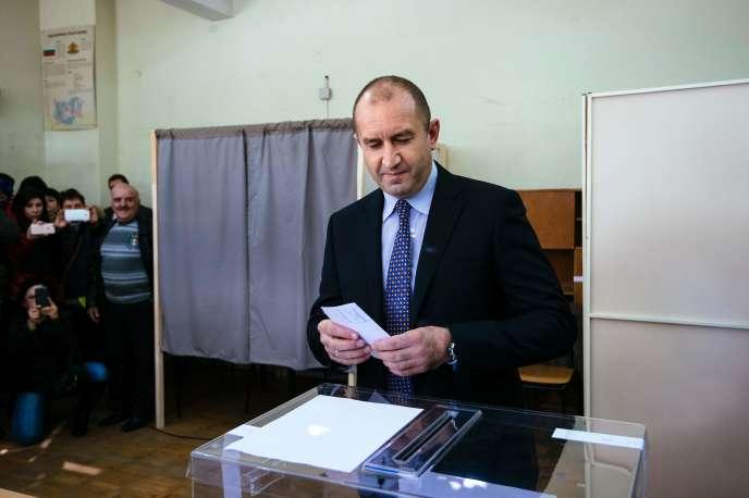 En Bulgarie, le candidat de l'opposition, Roumen Radev, est donné vainqueur de la présidentielle, dimanche 13 novembre.