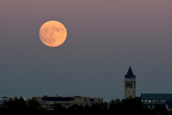 La pleine lune de ce 14 novembre coïncide avec le passage de notre voisine au plus près de la Terre, la rendant un peu plus imposante dans le ciel. Ici à Washington D.C, le 13 novembre 2016