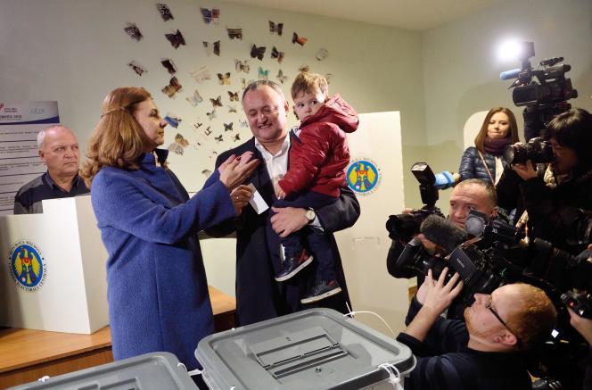 Le candidat prorusse moldave Igor Dodon, élu président dimanche 13 novembre, dans son bureau de vote, àChisinau.
