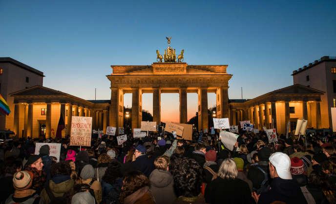Rassemblement contre Donald Trump devant la porte de Brandebourg, à Berlin, le 12novembre.