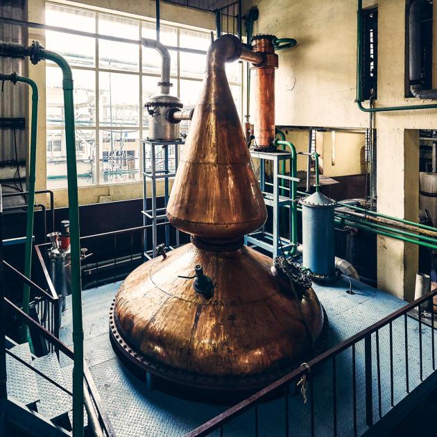 Dans la distillerie Amrut près de Bangalore (Inde), les alambics sont fabriqués sur place selon les dessins du maître des assemblages, formé en Europe.