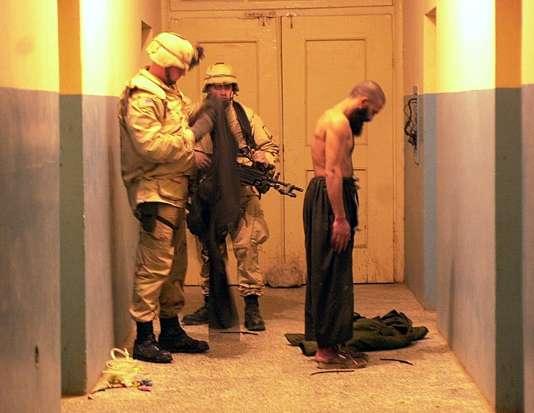 Arrestation d'un taliban par des soldats de l'US Air Force àMazar-i-Sharif, dans le nord de l'Afghanistan, en 2001.