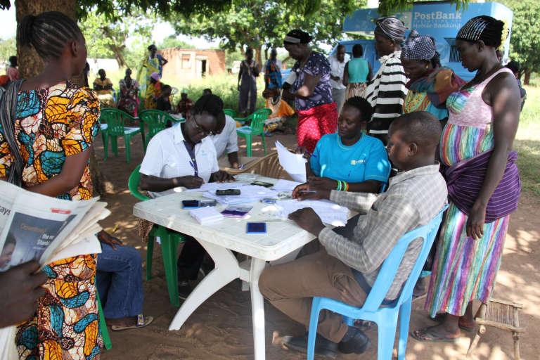 Des réfugiés, essentiellement des femmes, s'enregistrent pour bénéficier du programme de transfert d'argent du PAM dans le camp de Rhino, en Ouganda, en novembre 2016.