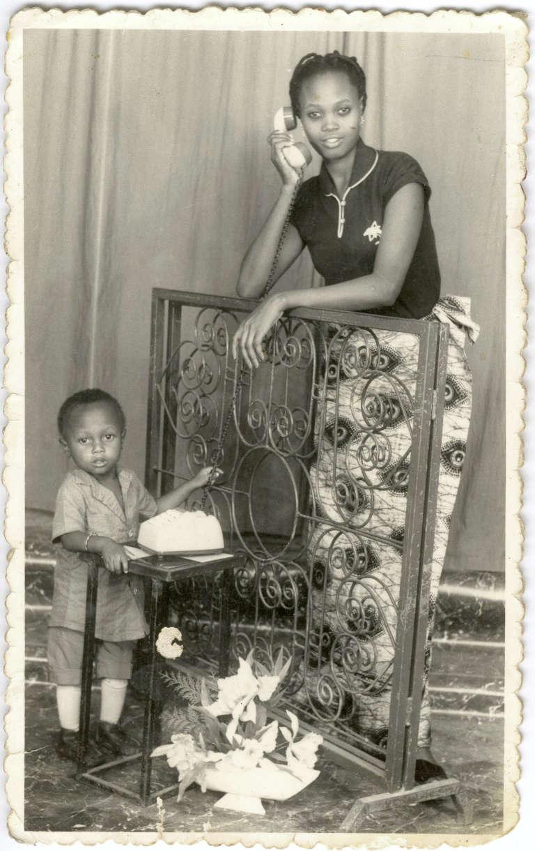 Femme et enfant d'un Beninois émigré en Franceenvoyée sans doute à l'occasion du jour de l'An.Photographie du studio Photo Biova de Cotonou, 5 janvier 1982. Fonds Manuel Charpy donné aux Archives nationales en 2016.