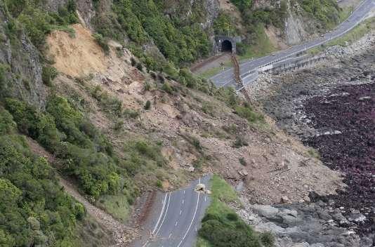 Une route coupée après un glissement de terrain près de Ohau Point, le 14 novembre.