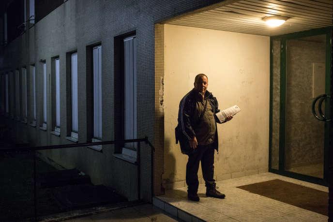 """Fredy Deguin-Dawson, militant FN, à la cité des cheminots de Quessy, à Tergnier (Aisne), le 12 novembre :«Il y a encore quelques années, on ne pouvait """"boîter"""" que la nuit. Aujourd'hui, on peut le faire en plein jour, sans se cacher, grâce à Marine.»"""