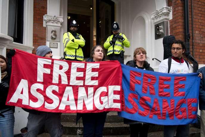Devant l'ambassade d'Equateur à Londres, lundi 14novembre, oùle fondateur de WikiLeaks est réfugié depuis quatre ans.