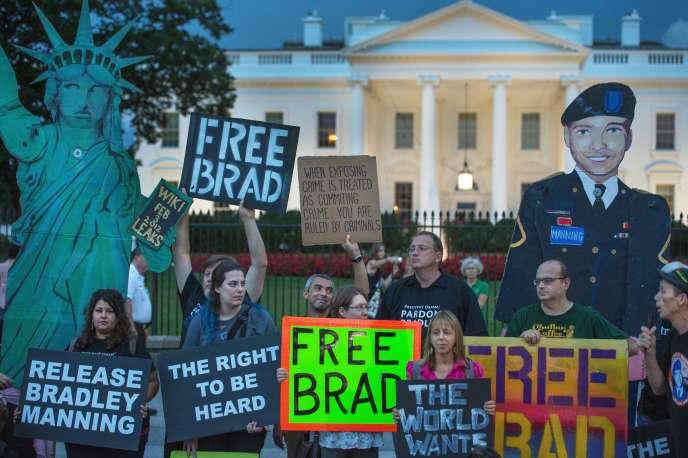 Des soutiens de Chelsea Manning (dont l'ancien nom était Bradley Manning) manifestent devant la Maison Blanche (Washington), le 21 août 2013