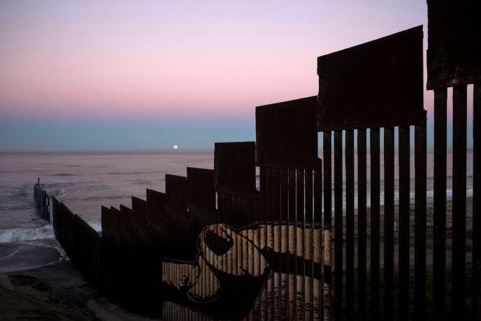 La clôture installée à la frontière entre les Etats-Unis et le Mexique, au niveau de Tijuana, le 14 novembre.