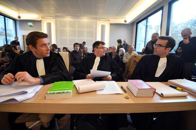 Maîtres Le Moigne, Le Briero et Dubreuil, avocats d'une association anti-aéroport de Notre-Dame-des-Landes,lors d'une audience à la couradministrative d'appel de Nantes, le 7 novembre.