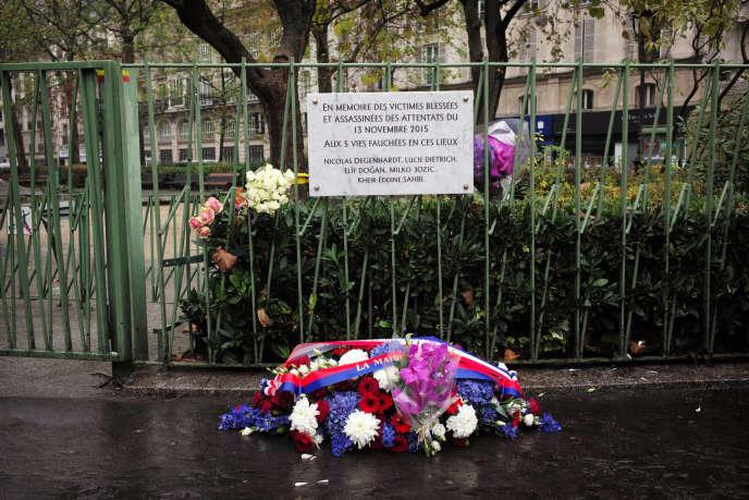 Plaque commémorative, le 13 novembre 2016, rendant hommage aux victimes des attentats qui ont eu lieu à Paris un an auparavant, près du bar A la bonne bière.