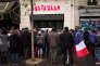 Des personnes se recueillent, le 13 novembre 2016, devant la plaque d'hommage aux victimes de l'attentat du Bataclan à Paris, un an jour pour jour après le drame.