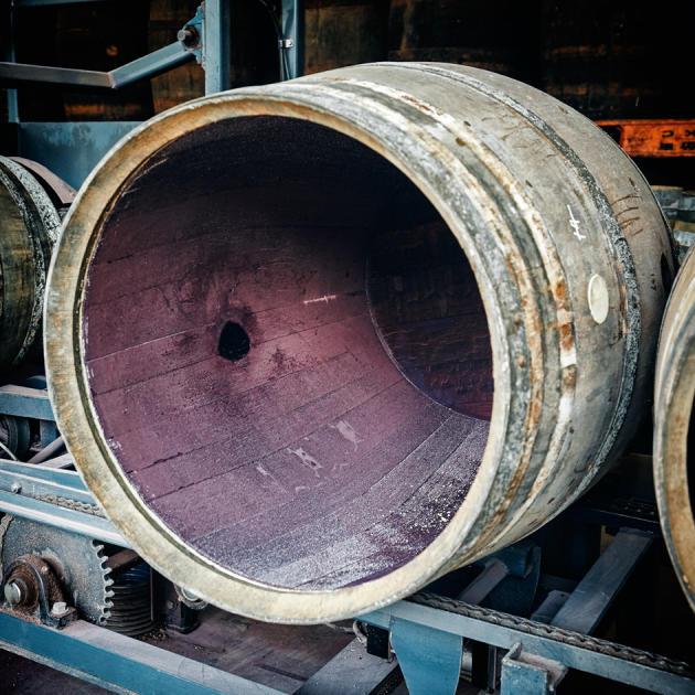 Un fût en préparation pour l'étape du toastage, à la distillerie Kavalan (Taïwan).