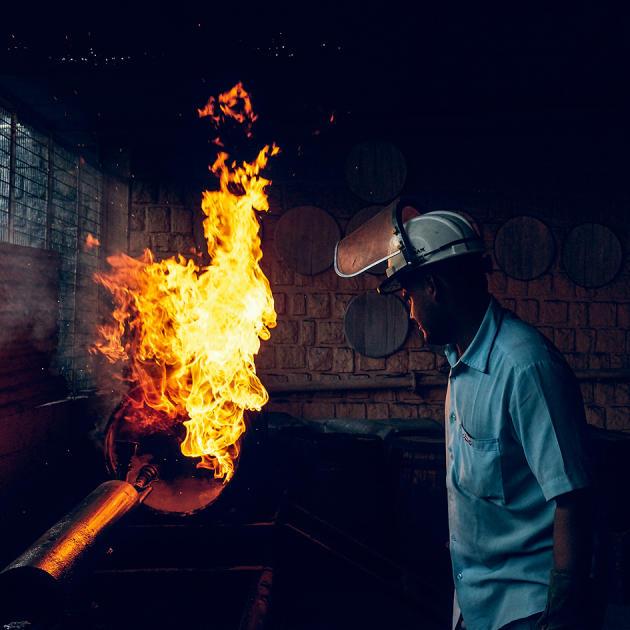 Alambics, orge maltée et tonneaux… Tout est conçu, récolté, réalisé sur place en Inde.