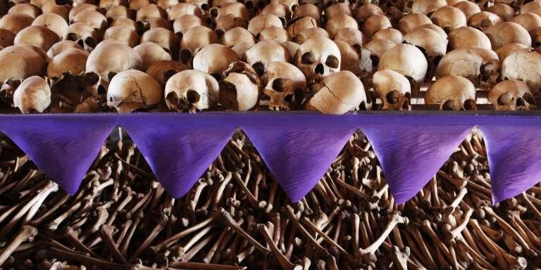 Les restes de victimes du génocide à l'église de Ntarama, où 5 000 personnes, principalement des femmes et des enfants, avaient trouvé refuge avant d'être massacrées en avril 1994 par des extrémistes hutu.